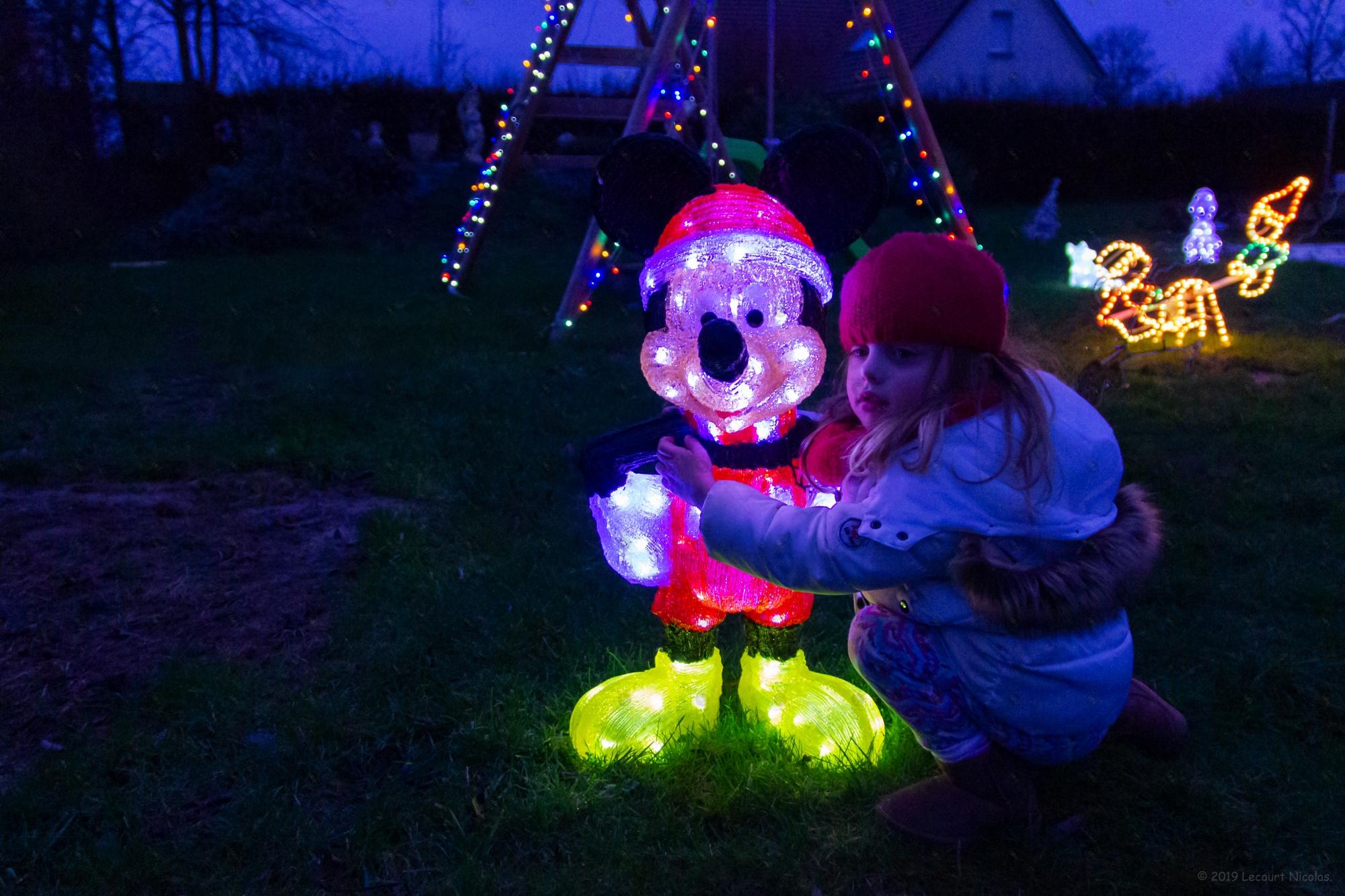 La petite princesse avec Mickey – « Portraits de Noël »